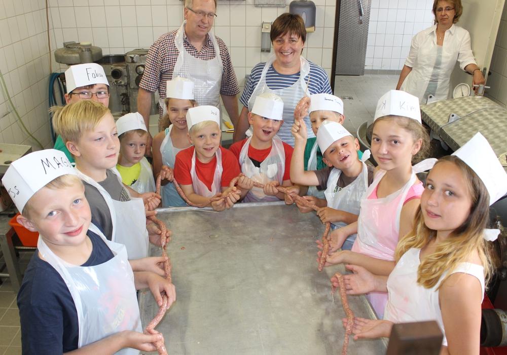 Auf dem Bauerhof der Familie Broihan in Lengde durften elf Ferienkinder ihre eigene Bratwurst herstellen. Fotos: Anke Donner
