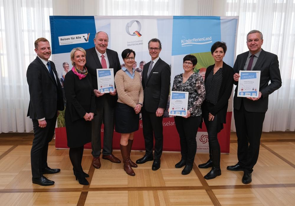 Otto-Heinz Fründt (3. von links), Birgit Anskat (4. von links), von rechts nach links: Gerd Albrecht, Bianca Sorrentino und Claudia Tieftrunk. Foto: WWW.SCHEFFEN.DE