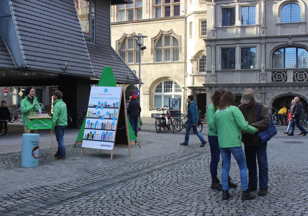 Die Greenpeace-Gruppe Braunschweig informierte in der Innenstadt über Plastik in Pflegeprodukten. Fotos/Podcast: Anke Donner