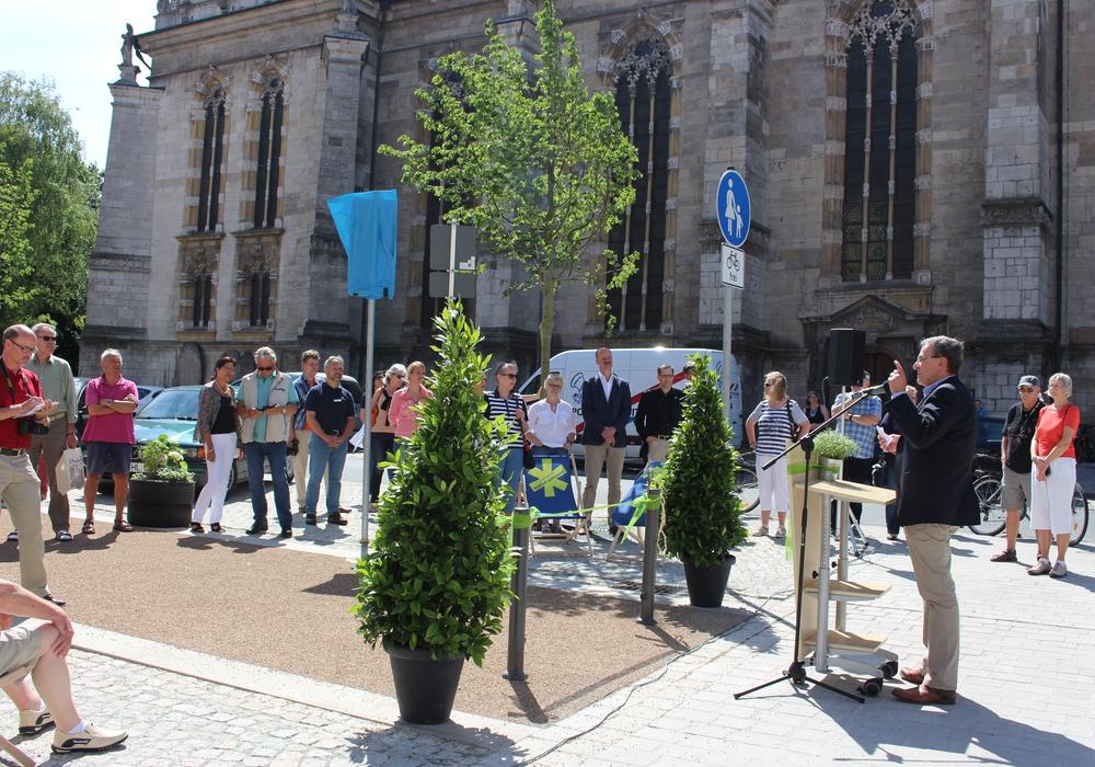 Bei herrlichem Wetter konnten sich einige Wolfenbütteler gleich selber ein Bild von der neuen Reichsstraße machen und der Rede von Bürgermeister Thomas Pink folgen. Fotos: Nick Wenkel