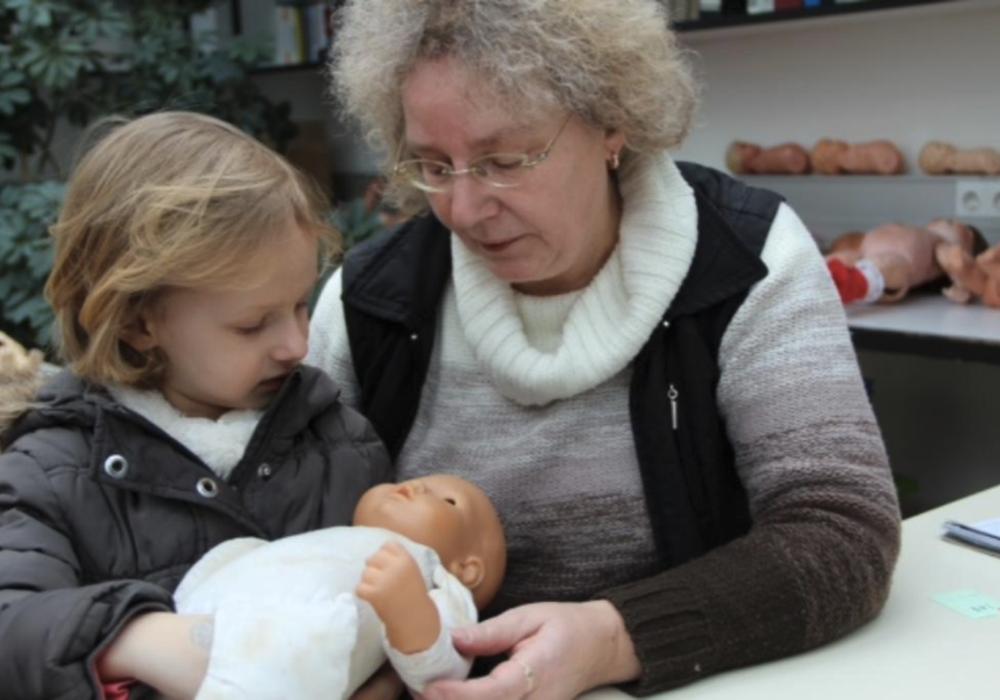 Die Puppendoktorin Ute Geier kümmert sich liebevoll um die mitgenommenen Spielkameraden. Foto: privat
