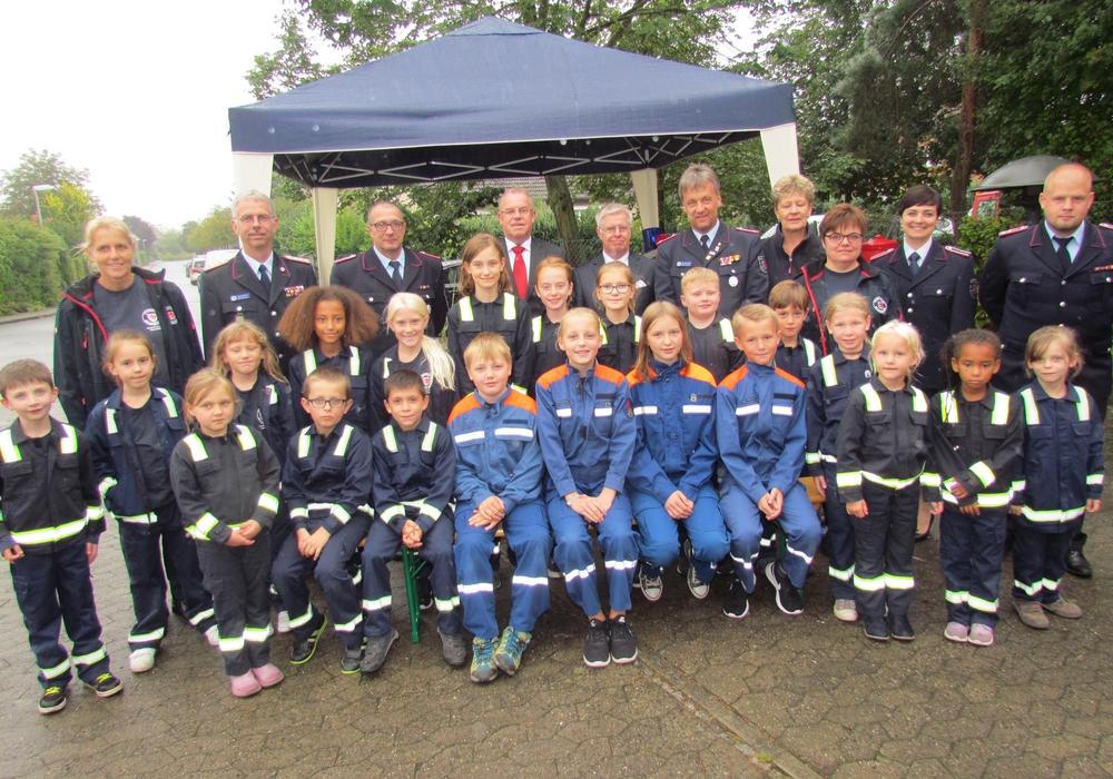Die großen und kleinen Feuerwehrleute blickten auf die letzten Jahre zurück. Fotos: Feuerwehr Watenbüttel