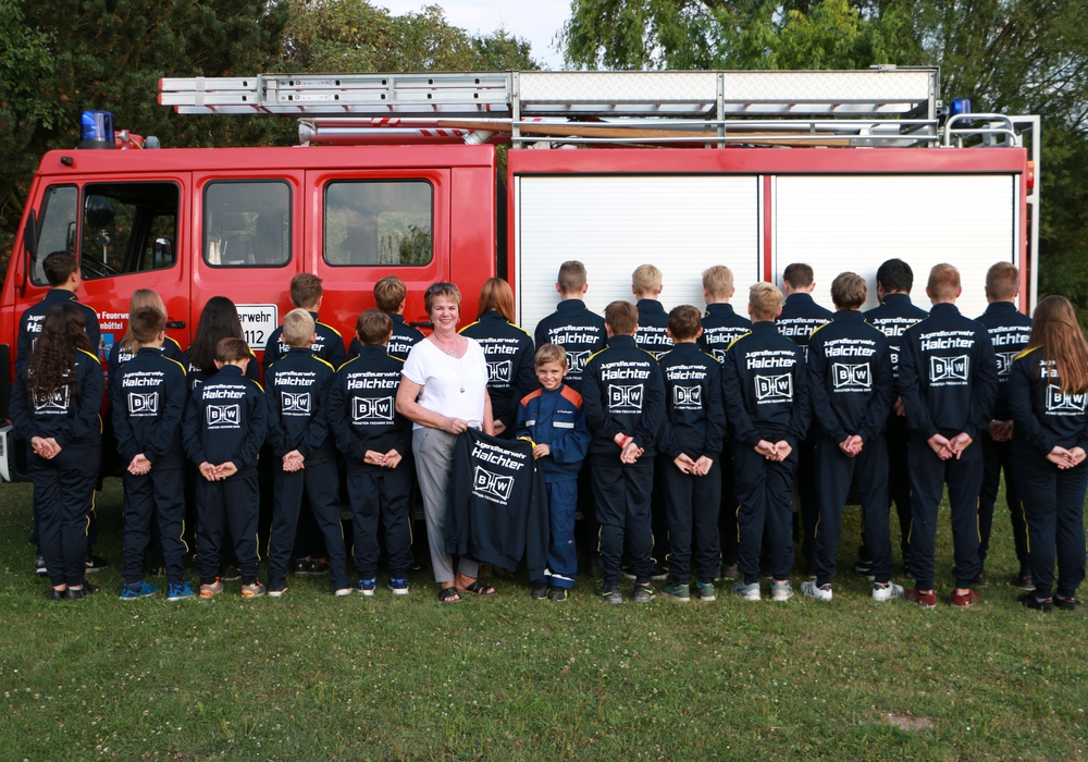 Nun ist die Jugendfeuerwehr Halchter auch ohne Feuerwehr-Uniform einheitlich gekleidet unterwegs. Foto: Jugendfeuerwehr Halchter