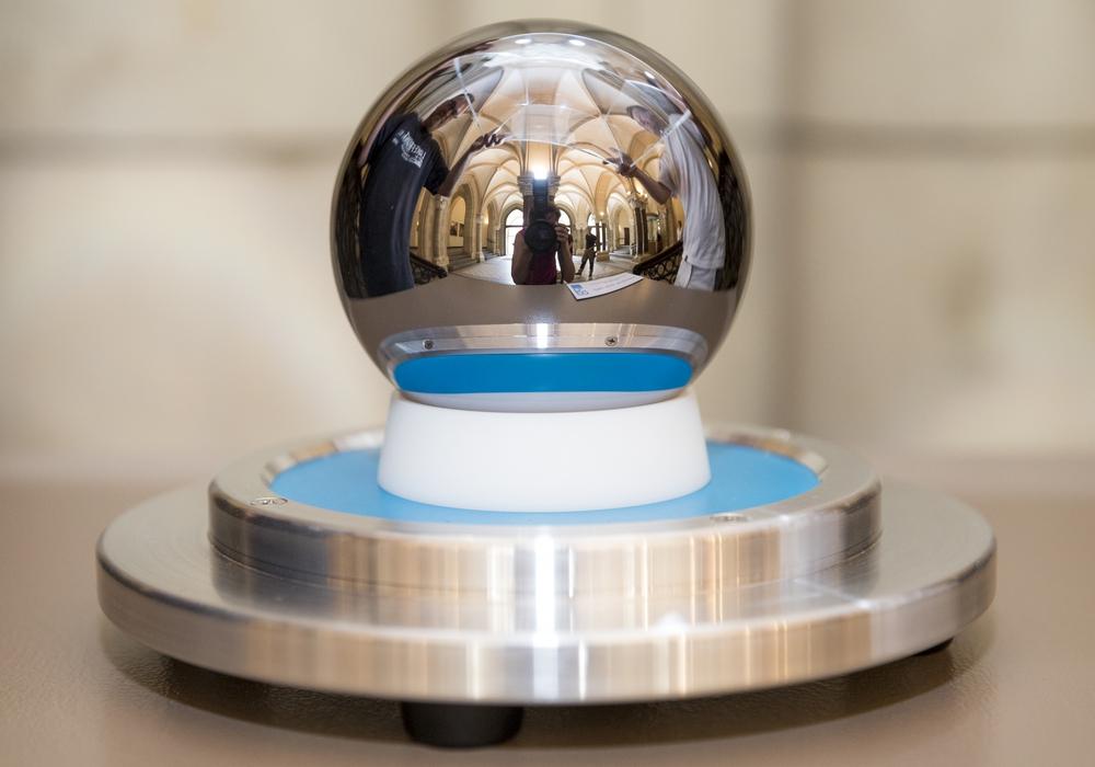 Eine  Siliziumkugel steht nun im Rathaus. Foto: Stadt Braunschweig/Daniela Nielsen