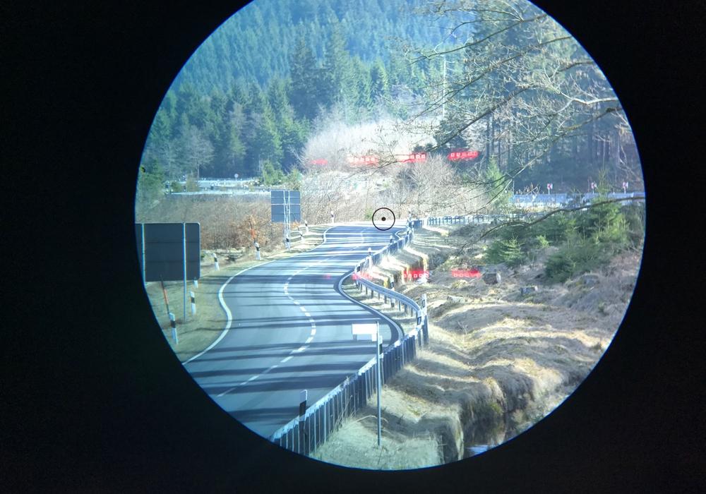 Ein Blick durch die Visieroptik des Lasermessgeräts in Richtung Altenau. Foto: Polizei Oberharz