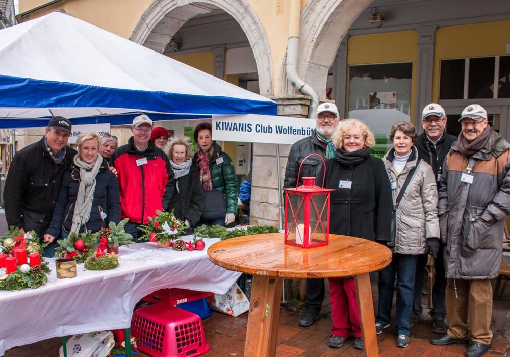 Die Mitglieder des Kiwanis Club Wolfenbüttel-Lessing verkauften am heutigen Samstag traditionell selbstgemachte Adventsgestecke für den guten Zweck. Foto: Werner Heise