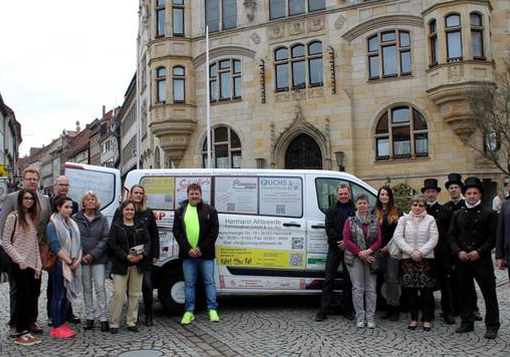 Die Werbung von 25 Unternehmen fährt ab sofort bei jeder Dienstfahrt der Stadt Helmstedt mit. Vertreter der Stadt Helmstedt und einige Sponsoren trafen sich zum Fototermin auf dem Marktplatz. Foto: Stadt Helmstedt