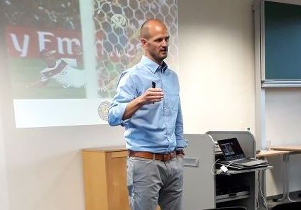 Der Sportmediziner Dr. Lutz Graumann referierte am THG zur Bedeutung von Bewegung, Ernährung und Training. Foto: Kea Oelschlaegel