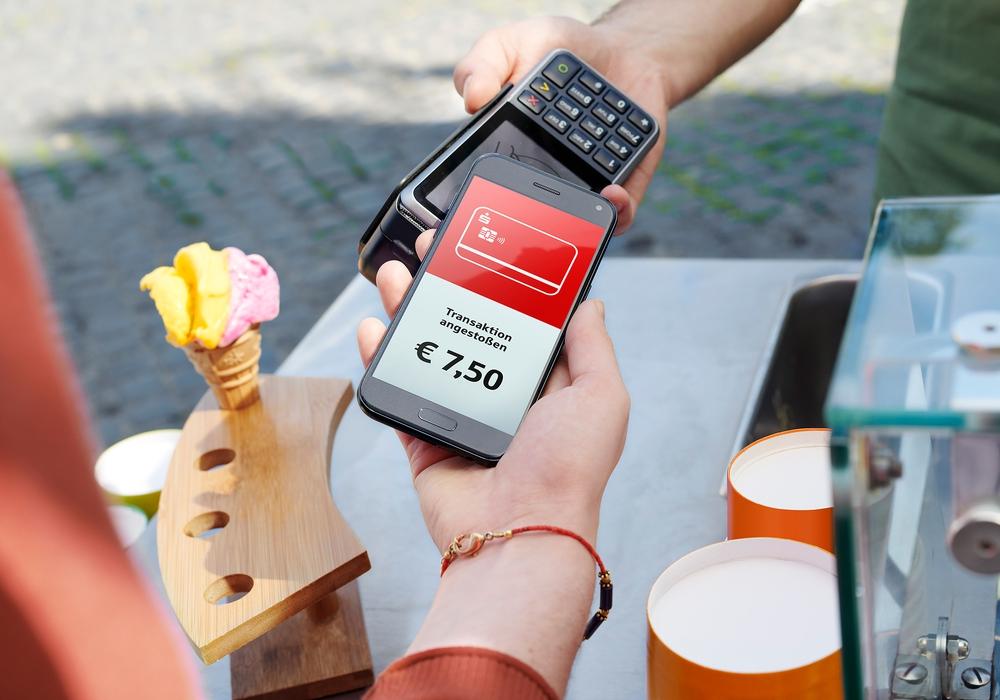 """Die neue App """"Mobiles Bezahlen"""" macht Smartphones zur digitalen Geldbörse. Foto: Sparkasse Gifhorn-Wolfsburg"""