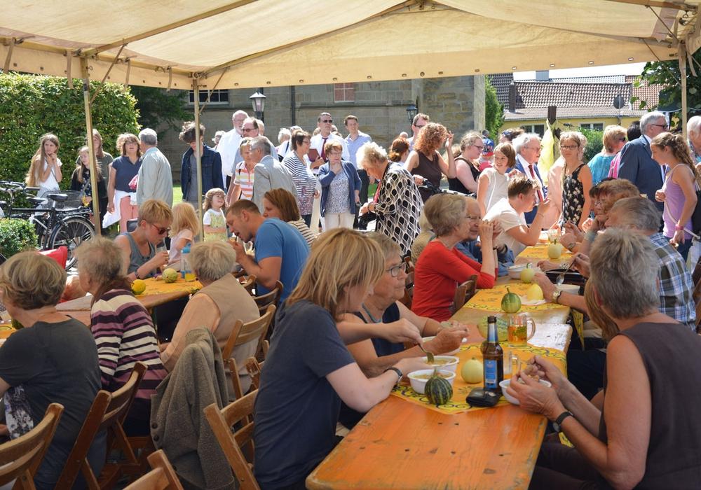 Ausgelassen fanden sich viele Gäste am Tag der Gemeinde rund um die Bernwardskirche ein. Fotos: Evangelisch-Lutherischer Kirchenkreis Peine
