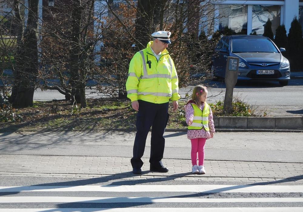Jens Oertelt & die kleine Giulia am Zebrastreifen. Foto: Polizei