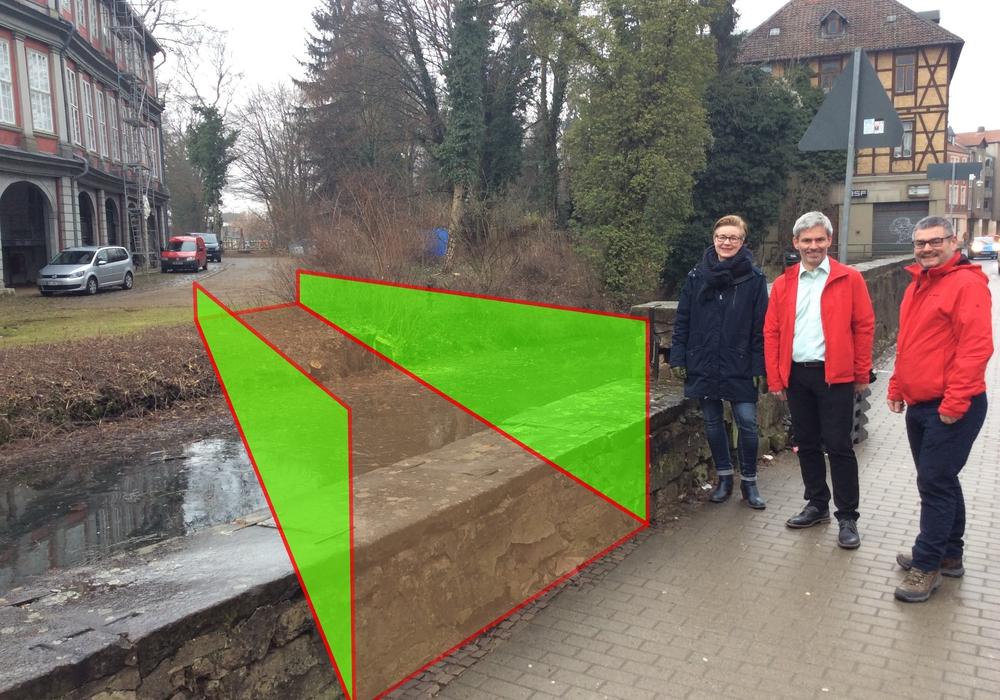 Die Grünen Ratsmitglieder Ulrike Krause, Stefan Brix, und Markus Brix (von links) an der Stelle, an der die Brücke entstehen könnte. Foto/Illustration: Thomas Schwarze