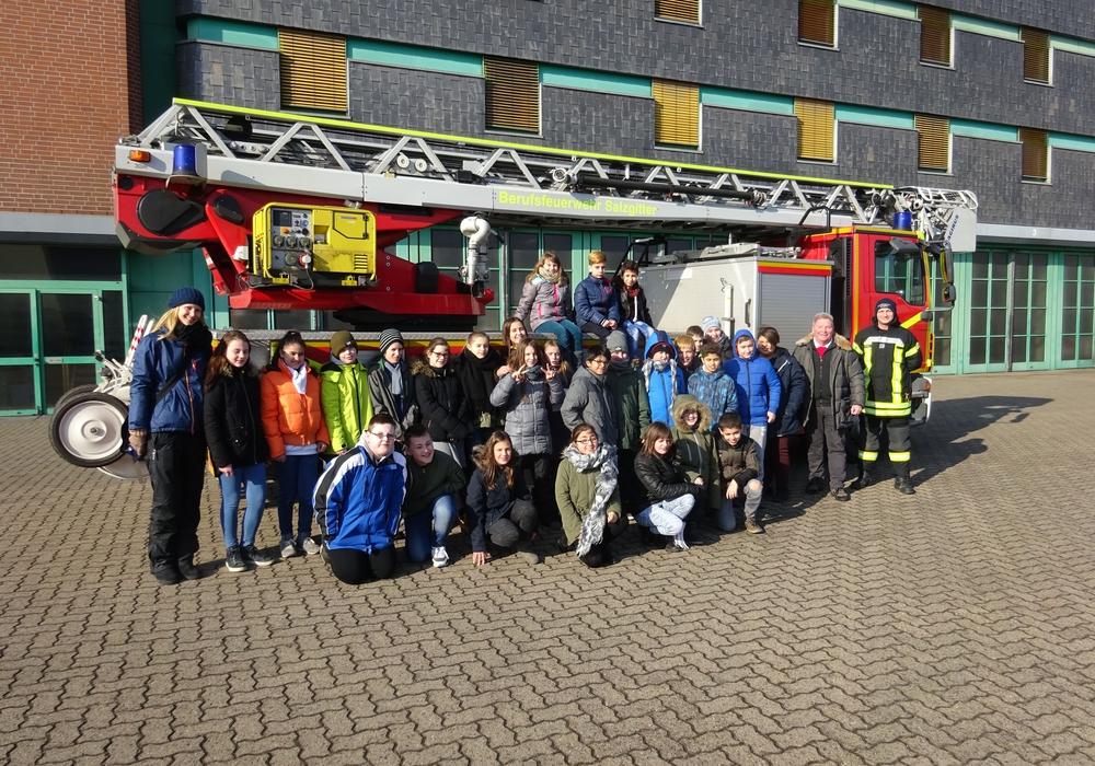 Die Klasse 5e der IGS Salzgitter besuchte die Berufsfeuerwehr Salzgitter. Foto: IGS Salzgitter
