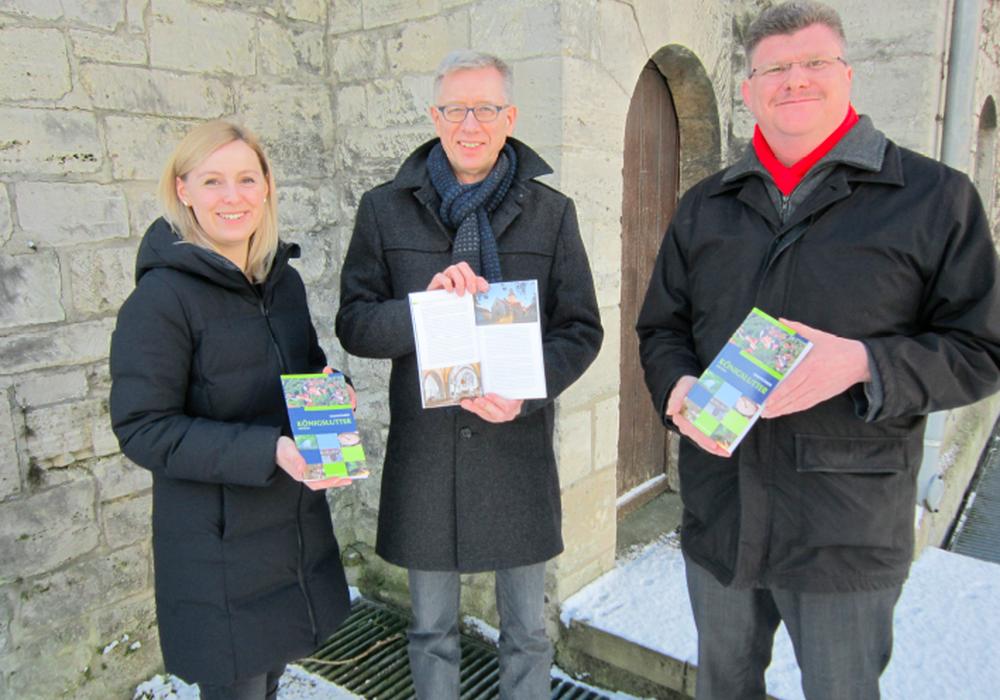 Zarah Espenhain, Dr. Norbert Funke und Bürgermeister Alexander Hoppe präsentieren den neuen Stadtführer. Foto: Stadt Königslutter