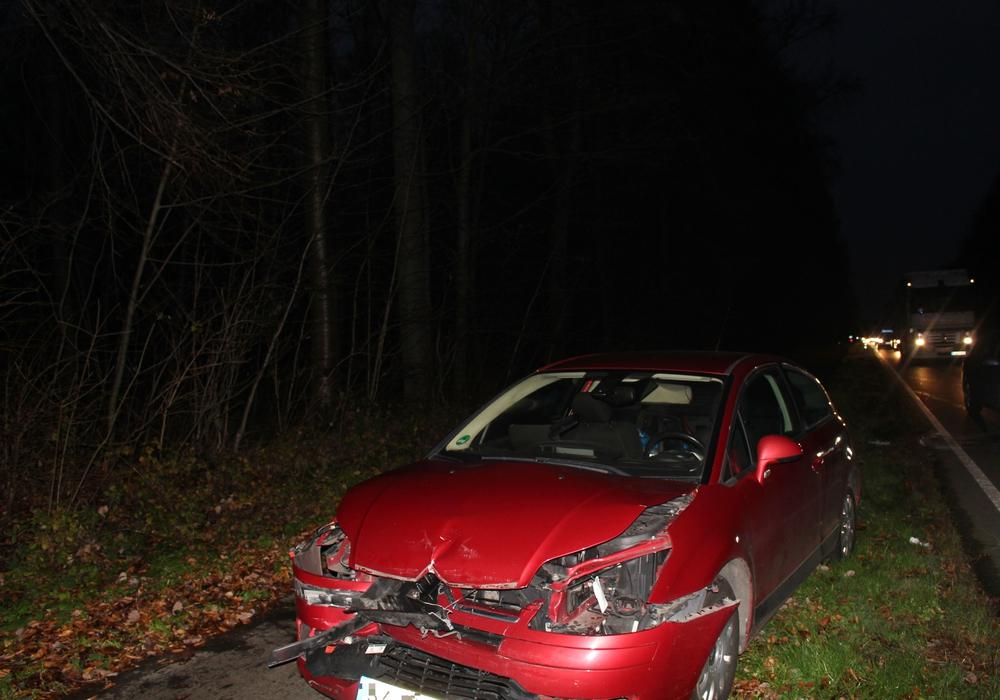 Die Unfallverursacherin und eine Beifahrerin des vorderen Fahrzeuges wurden nach Angaben der Polizei bei dem Unfall leicht verletzt. Foto: Jan Borner