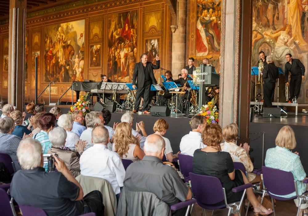 Die Big Band des Volskwagen Philharmonic Orchestra eröffnete die 18. lokale Seniorenwoche in der Kaiserpfalz. Foto: Alec Pein