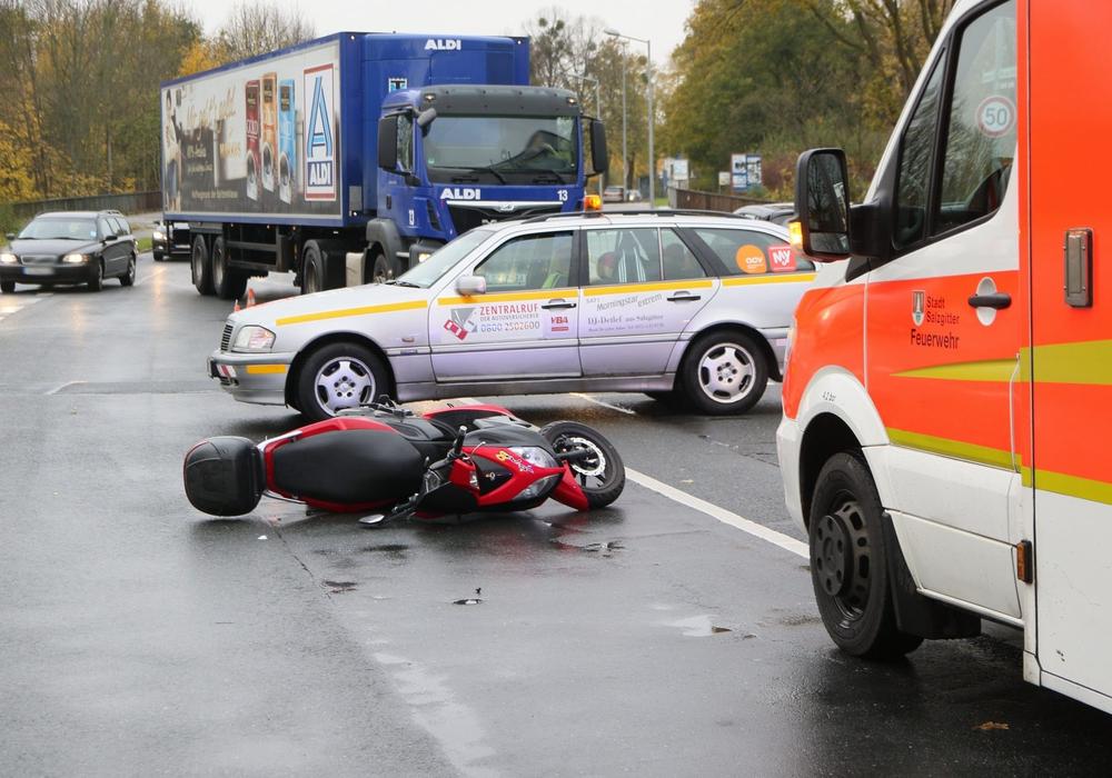 Durch die Kollision stürzte die Rollerfahrerin und landete auf der Straße. Fotos: Rudolf Karliczek