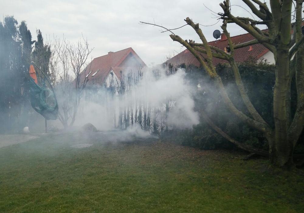 Die Feuerwehr musste ein Übergreifen des Brandes auf das Haus verhindern. Fotos: Feuerwehr Wolfenbüttel