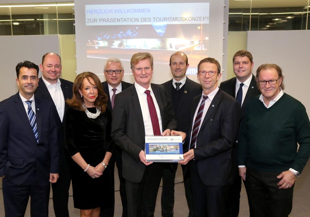 Das Wolfsburger Tourismuskonzept Offizielle Übergabe an Oberbürgermeister Klaus Mohrs. Foto: WMG