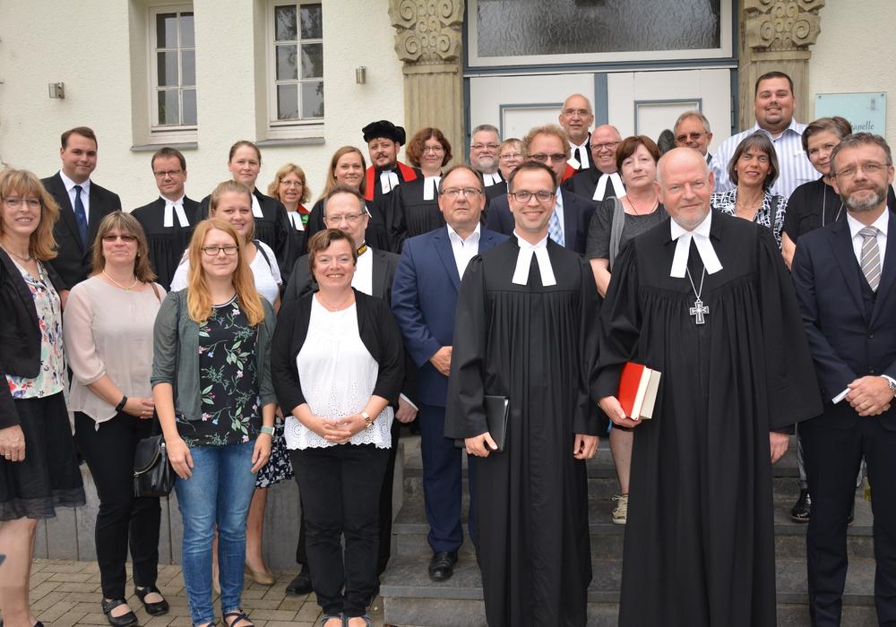 Eckhard Gorka und Julian Bergau im Kreis von Kirchenvorstehern und Kollegen. Foto: Ev.-luth. Kirchenkreis Peine