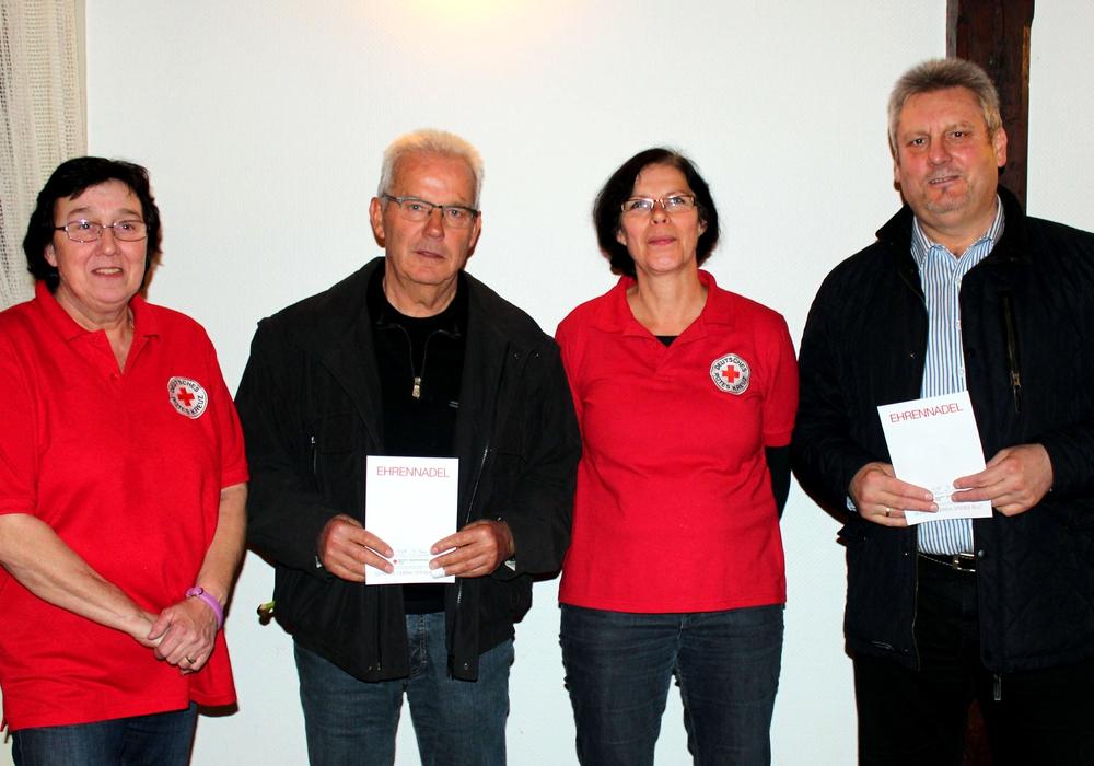 DRK-Ortsvereinsvorsitzende Petra Kausch (links) und 2. Vorsitzende Dorit Angerstein ehrten Hans-Dieter Witt und Peter Kausch (rechts). Foto: Bernd-Uwe Meyer