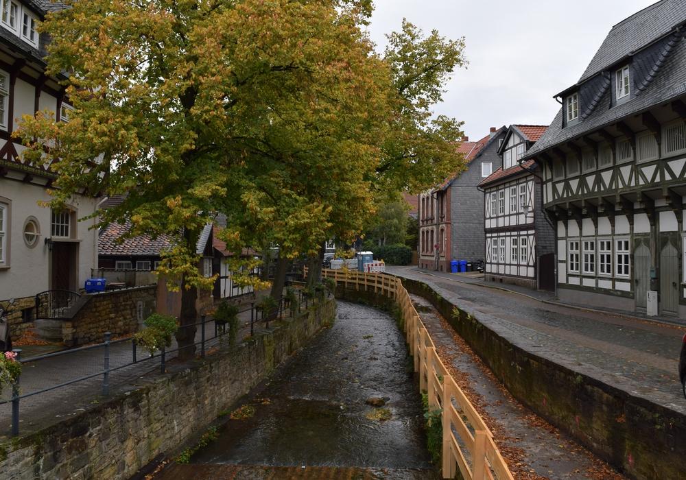 Foto (Stadt Goslar): Aktuell lässt die Stadt das Mühlengerenne entlang der Abzucht, das vom Hochwasser stark beschädigt wurde, neu bauen.