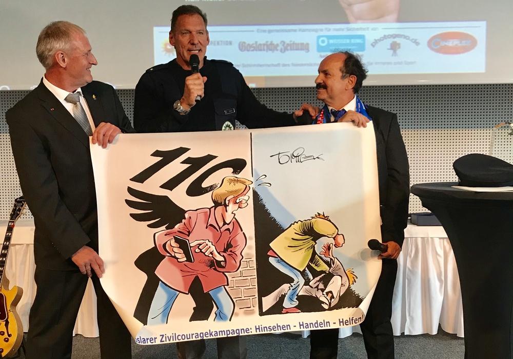 Martin Schilff (li.) und Günter Koschig (re.) übergaben den GZK-Cartoon. Fotos: Sia Koschig, Weißer Ring