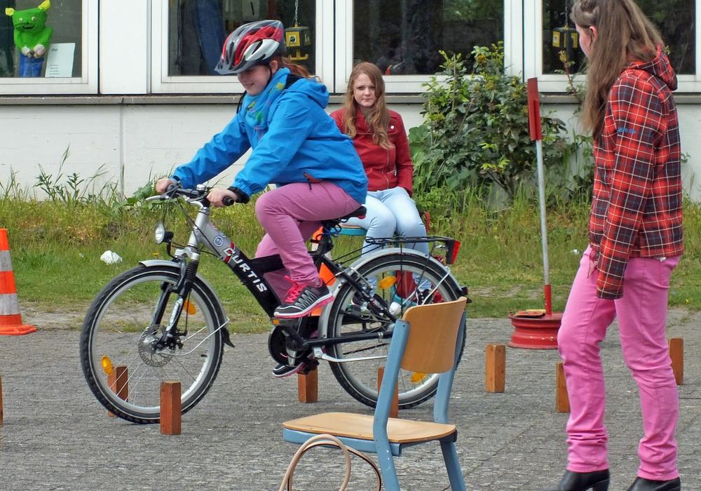 In der Oberschule in Velpke trainieren die Jugendlichen aus den oberen Klassen die Fünft- und Sechstklässler im Rahmen der Mobilitätsausbildung. Foto: Achim Klaffehn
