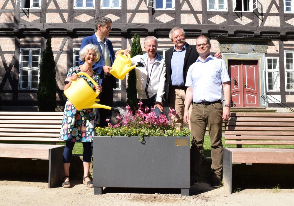 Marion Bergholz, Oberbürgermeister Dr. Oliver Junk, Gerd Niehus, Ullrich Krusche und Mathias Brand (von links) geben der neuen Blütenpracht in der Rosentorstraße die erste Ladung Wasser. Foto: Stadt Goslar