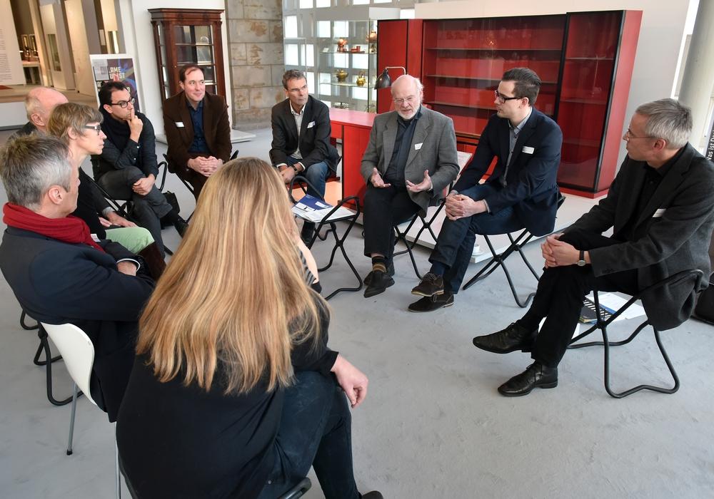 """Workshop """"Kommunen"""" im Arbeitstreffen des Netzwerk Baukultur in Niedersachsen e.V. unter Leitung von Kai-Uwe Hirschheide, komm. Baudezernent der Stadt Wolfsburg. Foto: Stadt Wolfsburg"""
