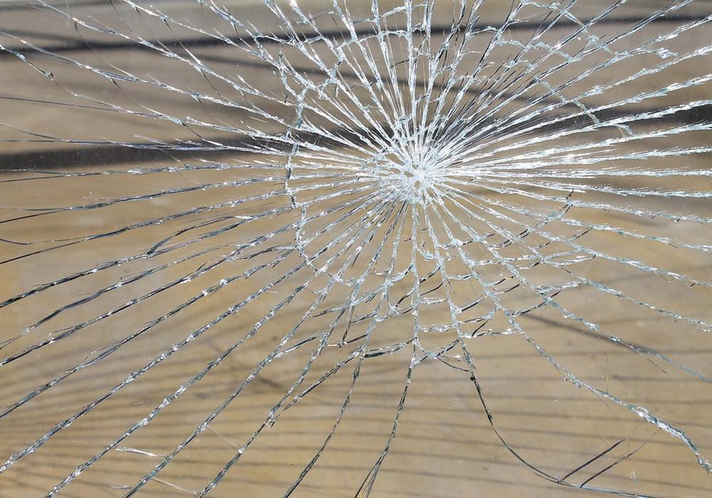 Die Einrebcher schlugen die äußere Glasscheibe der Eingangsschiebetür ein. Symbolfoto: Pixabay