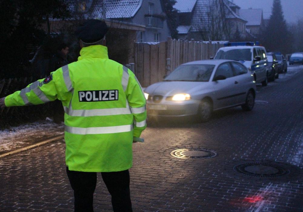In der Fahrradstraße Alter Weg kontrollierte die Polizei heute Morgen das Verhalten der Autofahrer und musste in einigen Fällen eine Ermahnung aussprechen. Fotos: Alexander Dontscheff