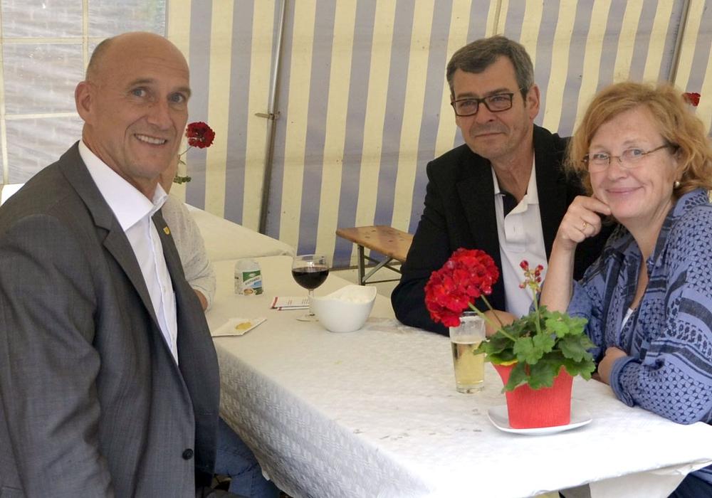 Franz Einhaus, Matthias Möhle (MdL) und Dr. Katrin Esser-Mönning (KTA) beim Sommerfest 2016. Foto: SPD Peine