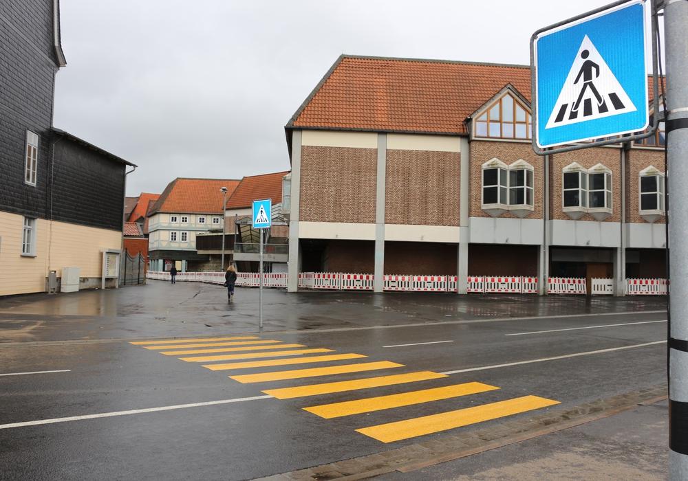 Eltern fürchten um die Sicherheit ihrer Kinder und fordern, dass am Schlossplatz wieder eine Ampel installiert wird. Foto: Anke Donner