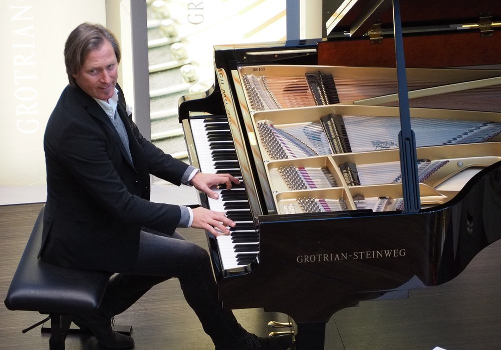 Der Komponist Gero Wolter spielt in der Magni Kirche. Foto: Jürgen Gries