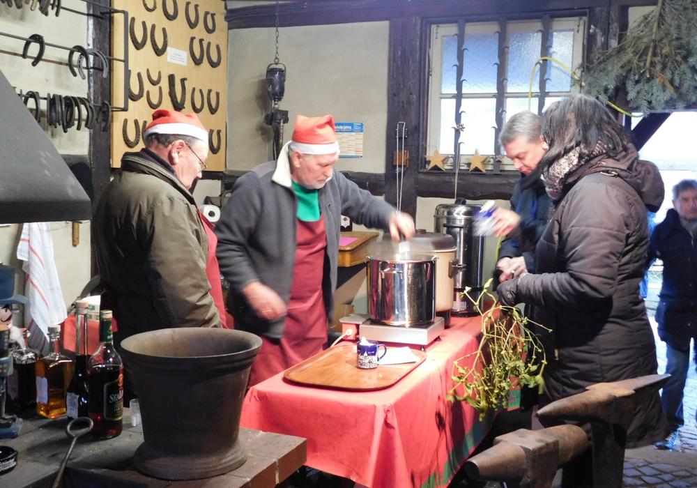 Schmiedepunsch beim Adventskaffe im Langelsheimer Heimatmuseum: Foto: Heimatmuseum Langelsheim