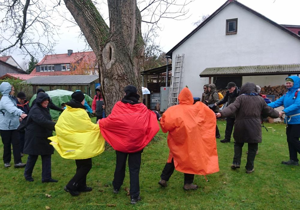 Die Teilnehmer tanzten in der Pause im Garten des Wanderführers in Remlingen mit Apfelpunsch den Regentanz. Foto: Hans Lunkewitz