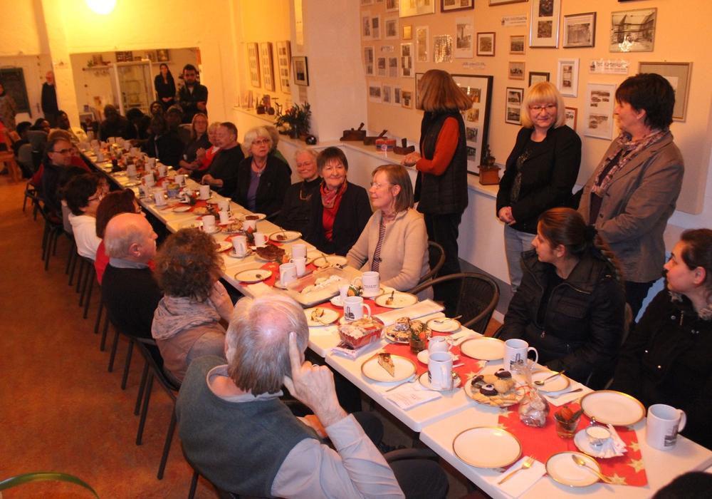 Ein buntes Zusammentreffen unterschiedlicher Nationen und Generationen gab es am Freitagnachmittag in Vienenburg. Fotos: Anke Donner