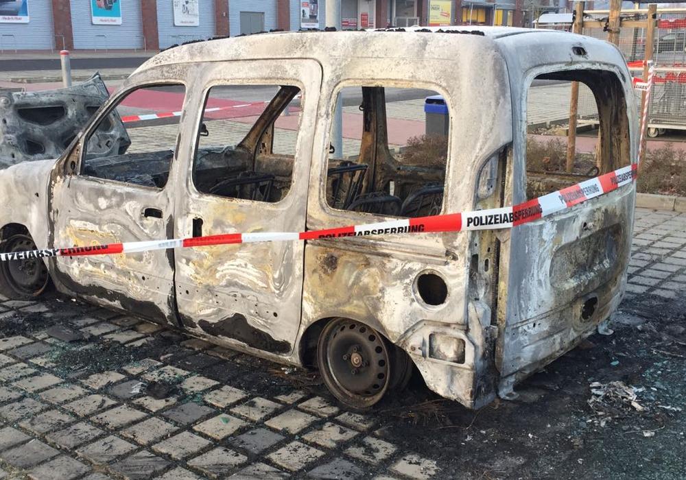 Ein auf dem Famila-Parkplatz abgestellter Renault Kangoo ist vollständig abgebrannt. Foto: Sandra Zecchino