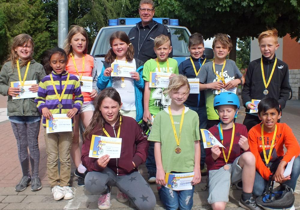 Sieger des ADAC-Fahrrad-Turniers der Grundschule Offleben. Fotos: Achim Klaffehn