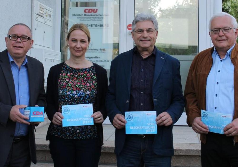 Der CDA-Kreisverband Wolfenbüttel bereitet sich auf die Veranstaltungen zum Tag der Arbeit vor. Beteiligt sind Andreas Meißler, Martina Sharman, Herbert Theissen und Klaus Hantelmann. Foto: Kathrin Meißler