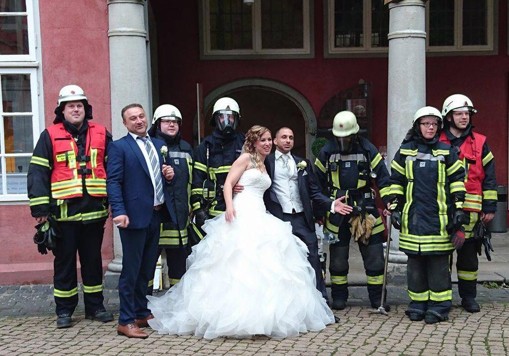 Unverhofft kommt oft: Als keine Gefahr mehr erkennbar war, gab es noch ein Foto mit Brautpaar und den Einsatzkräften