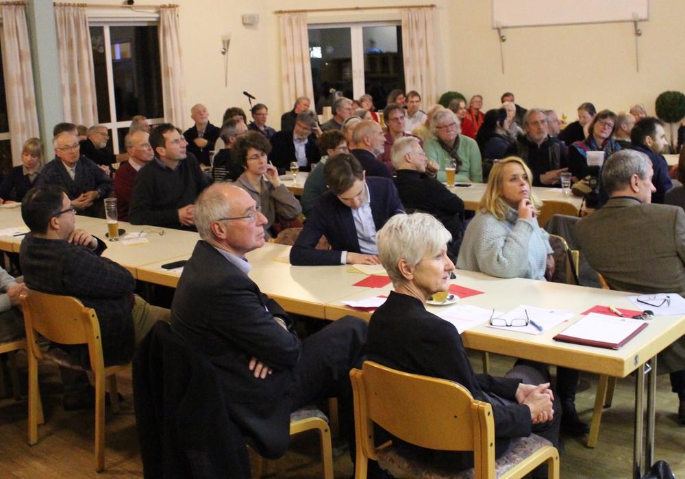 """Im Gemeindehaus in Remlingen kamen zahlreiche Bürger zur Podiumsdiskussion zum Thema """"Messung der Radioaktivität in der Umgebung"""" zusammen. Fotos: Marian Hackert"""