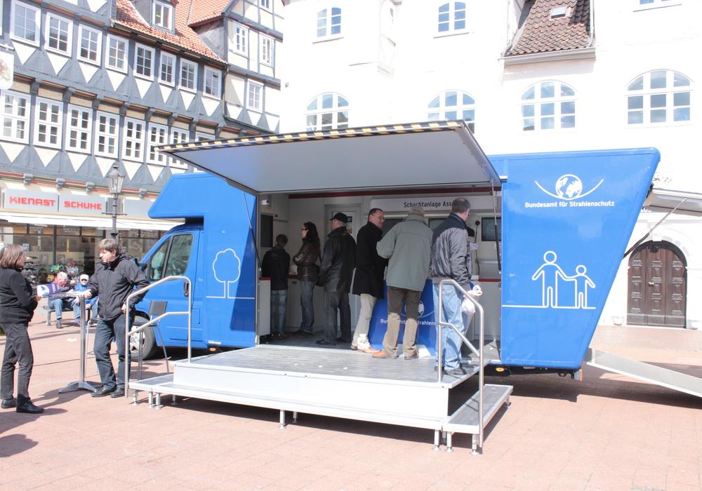 Das Bundesamt für Strahlenschutz informiert über die Schachtanlage Asse II vor dem Bankhaus Seeliger. Foto: Anke Donner