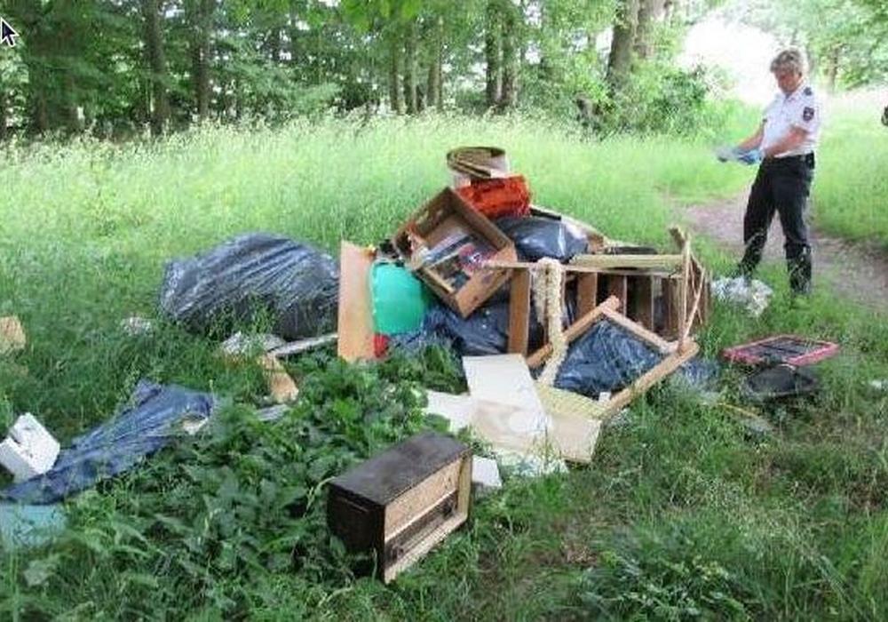 Polizei untersucht illegal entsorgten Müll. Foto: Polizei Braunschweig