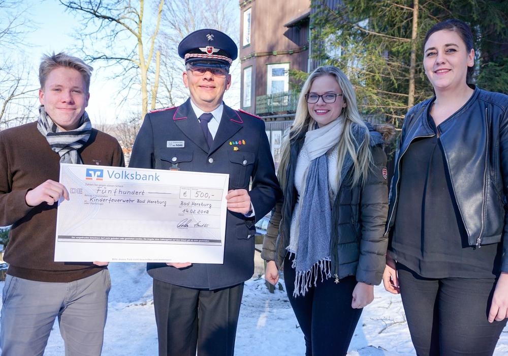 Für die Kinderfeuerwehr wurden 500 Euro vom Burgberg Gymnasium gespendet. Foto: Feuerwehr Bad Harzburg