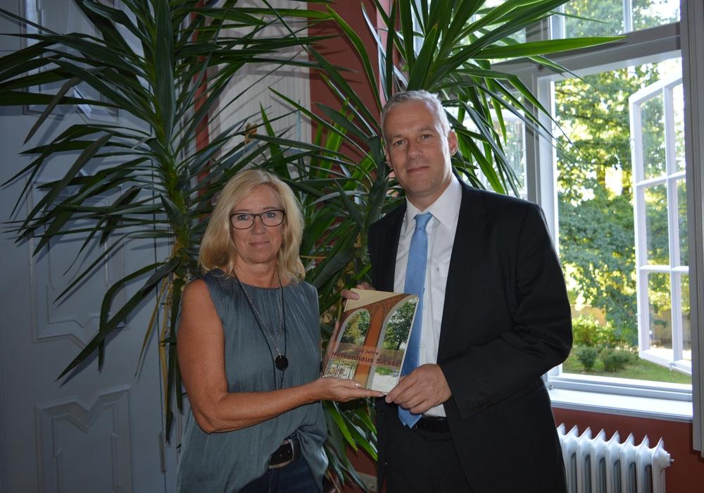 Petra Eickmann-Riedel mit Dr. Marco Trips. Foto: Richert