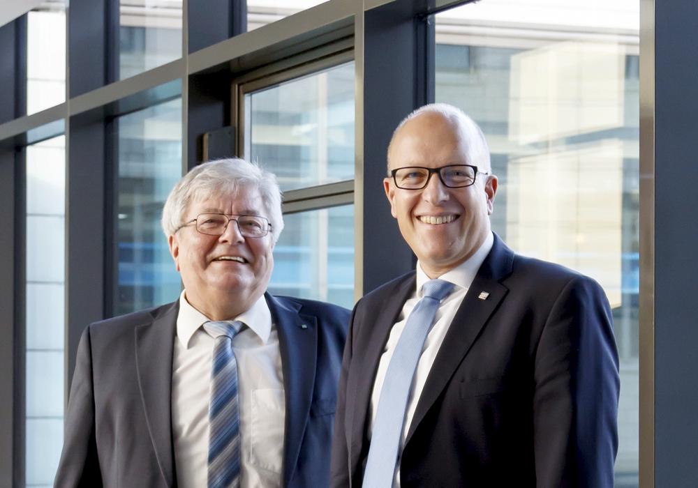 Die Institutsleitung des Fraunhofer IST, Prof. Dr. Christoph Herrmann (rechts) und Professor Dr. Günter Bräuer. Foto:  Ulrike Balhorn/Fraunhofer IST