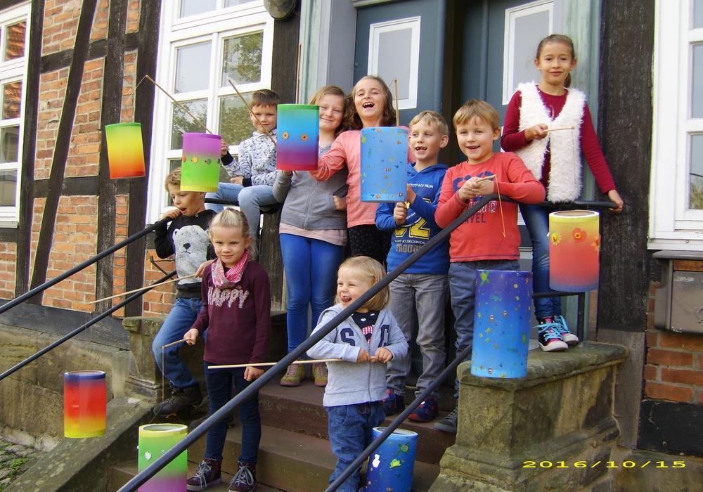 Stolz präsentierten die Kinder am Ende der Kinderkirche ihre gut gelungenen Laternen. Foto: Privat