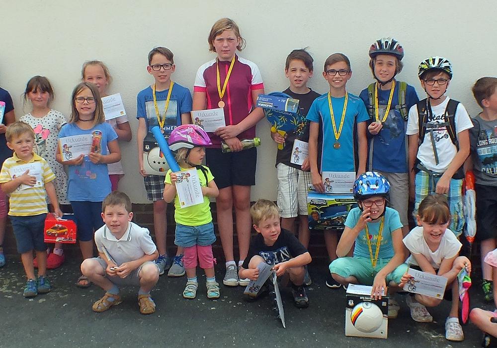 Sieger und Teilnehmer nach der Übergabe der Urkunden und Geschenke. Fotos: Kreisverkehrswacht Helmstedt